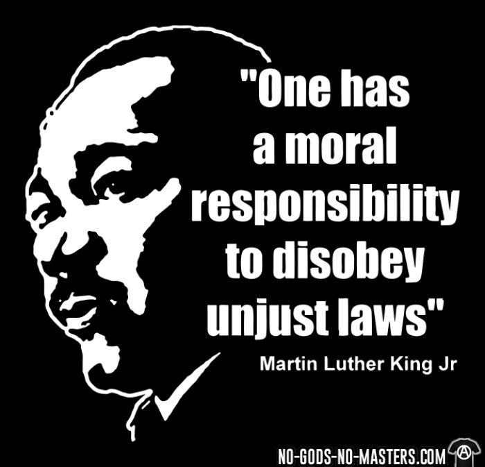 One has a moral responsibility to disobey unjust laws (Martin Luther King Jr) - Débardeur pour femme Militant